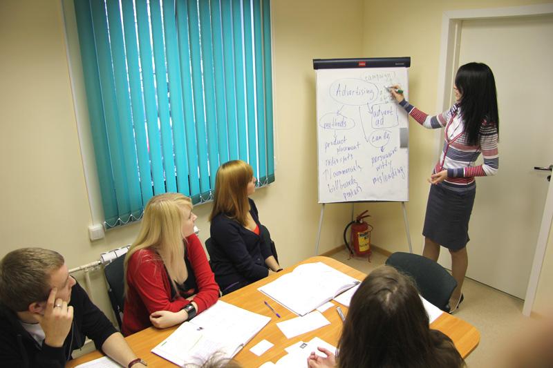 Где обучают иностранным языкам детей в Омске?