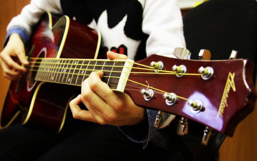 Где пройти обчучение игре на гитаре в Омске? Курсы игры на гитаре в Омске